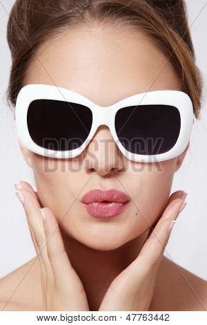 Retrato de uma jovem mulher bonita em óculos de sol vintage