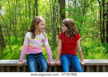 Kinder Schwester Freunde reden entspannt sitzen auf den Dschungel Park Wald im freien