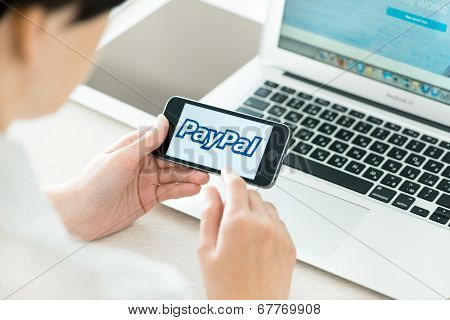 Paypal Logo On Apple Iphone 5S