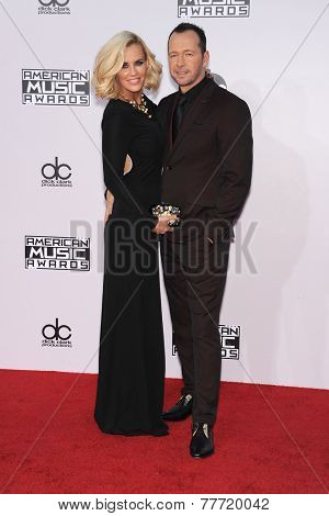 LOS ANGELES - NOV 23:  Jenny McCarthy & Donnie Wahlberg arrives to the 2014 American Music Awards on November 23, 2014 in Los Angeles, CA