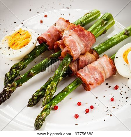 Asparagus and fried bacon and boiled eggs