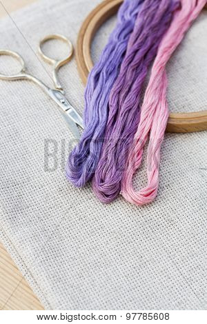 Set for embroidery, embroidery hoop and embroidery thread