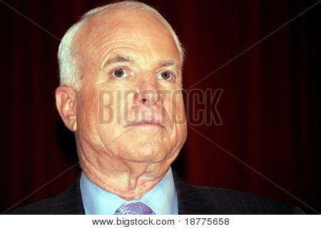 Candidato presidencial republicano, el senador John McCain haciendo campaña, mirada severa