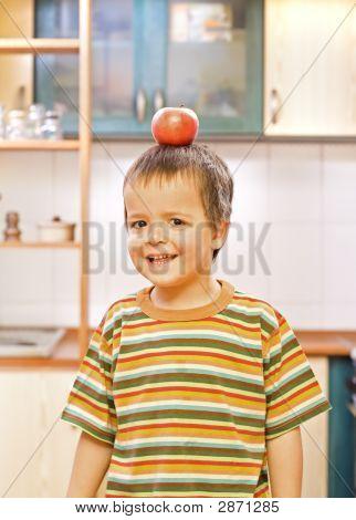 Niño equilibrar una manzana