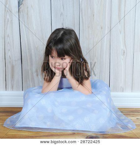 verärgert kleine Mädchen mit den Händen auf Gesicht