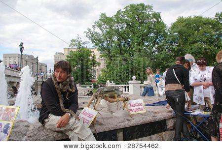 Moscú, Rusia - 14 de junio de 2010: Día de verano. Pueblos a pie cerca de la fuente de Troika ruso el 14 de junio
