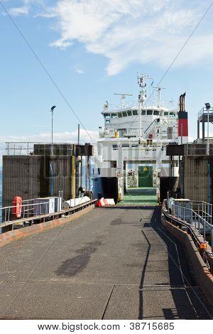 Passagier auto veerboot klaar om te worden geladen