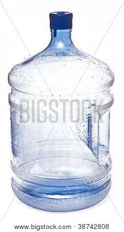 botellas vacías de plástico grande para el agua potable aislado sobre un fondo blanco