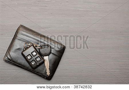 las llaves del coche y documentos sobre fondo oscuro de madera