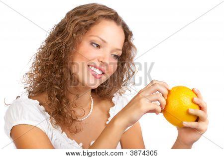 Mulher com laranja