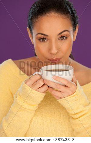 Schöne Brünette Frau Abkühlung ihren Kaffee von sanft weht der Oberfläche Beore beginnt sie drin