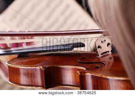 Close-up de notas, o cabelo e o violino