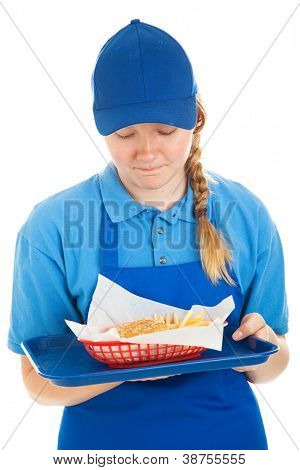 Teenager Fast-Food-Worker angewidert von der Burger und Pommes dient sie.  Isolated on White.