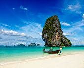 Long tail boat en playa tropical con roca caliza, Krabi, Tailandia