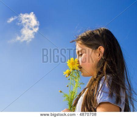 junges Mädchen riechen Blumen