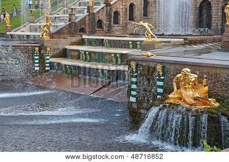 Fuentes de la gran cascada de Peterhof