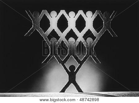 Pirámide de recortar figuras de papel (b&w)