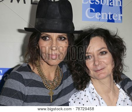 LOS ANGELES - MAR 3:  Linda Perry, Sara Gilbert at the