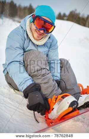 Young snowboarder in winter activewear on vacations
