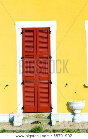 Red Window  Varano Borghi   Sunny Day    Wood   The Concrete  Brick