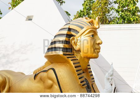 .sphinx Statue With White Pyramid