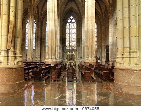 Interior de la catedral nueva en Vitoria, país Vasco, España