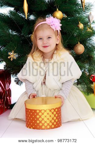 The girl at the Christmas tree