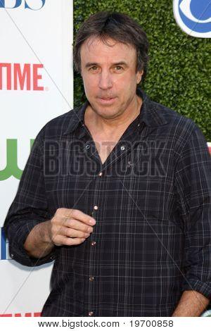 LOS ANGELES - 28 de JUL: Kevin Nealon llega a la parte de Tour 2010 CBS, The CW, Showtime verano prensa