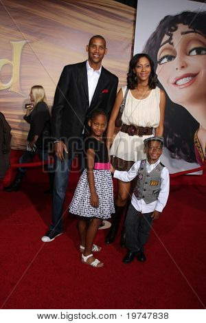 LOS ANGELES - NOV 14:  Reggie Miller, Sister, Niece & Nephew arrives at the