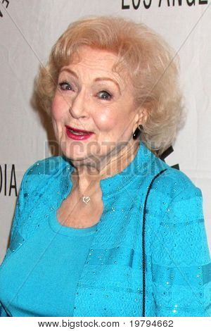 "LOS ANGELES - 8 de MAR: Betty White al llegar al ""Hot in Cleveland"" PaleyFest 2011 evento en Saban T"
