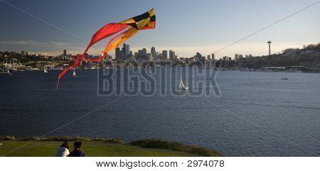 União do lago com asa e o Space Needle, em Seattle, Washington