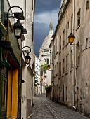 Постер, плакат: Вид на узкой улице недалеко от Монмартра Париж Франция