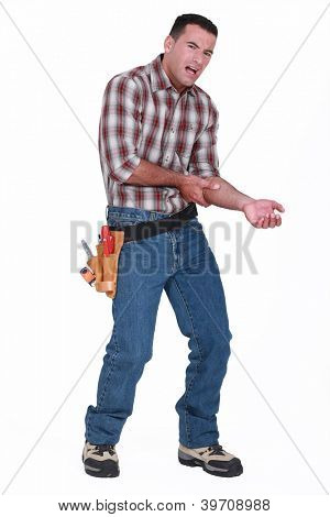 builder with pain in arm