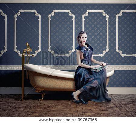 Frau, sitzend auf die alte Badewanne (Foto-Kompilierung)