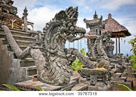Monstro de dragão proteger a entrada do Templo de Mandala Pura Padmasana Puja. Nusa Dua, Bali. Indonésia