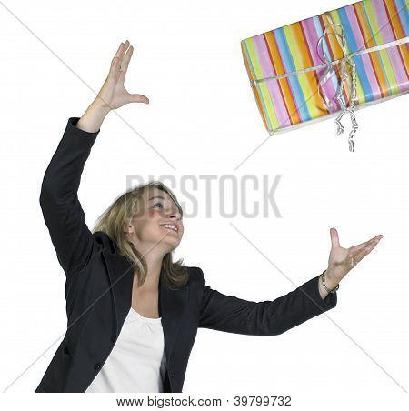 Blonde Mädchen wirft ein Geschenk