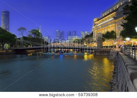 Singapore River. Cavenagh Bridge.