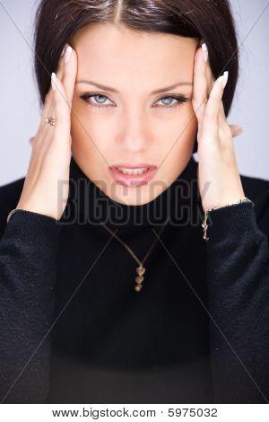 Mujer con dolor de cabeza de migraña cogidos de la mano a la cabeza