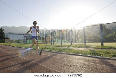 Mujer corriendo en la madrugada