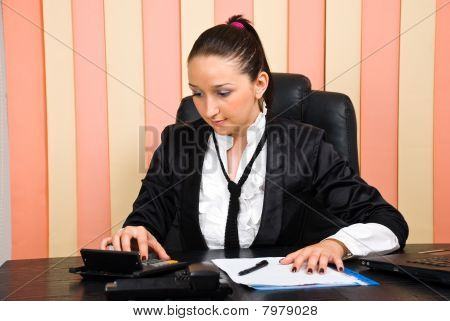 Young Business Woman using Rechner
