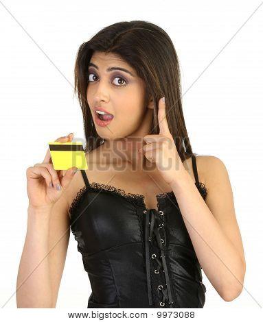 kosmopolitische Mädchen mit Kreditkarte