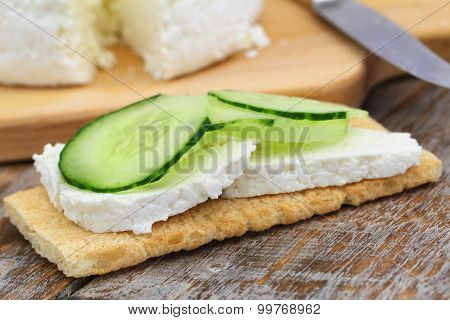 Crisp bread with curd cheese and cucumber