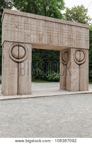 Gate Of The Kiss, Romania