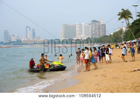 Travelers Are On The Beach After Tour Around Pattaya Bay