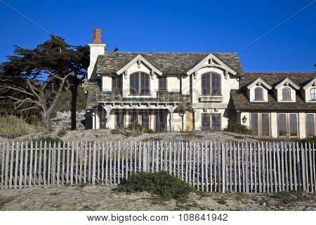 beautiful houses near the Pfeiffer beach in California