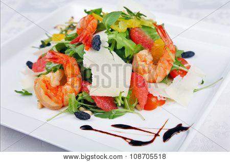 Big shrimp and green salad