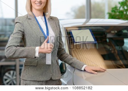 Saleswoman representing a vehicle.