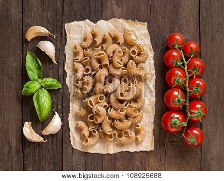 Whole Wheat Pasta With Garlic, Tomatoes And Basil