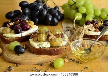 Crostini with roasted grapes, goat cheese, walnuts and honey