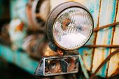 Постер, плакат: Close up of old vintage retro cars headlight